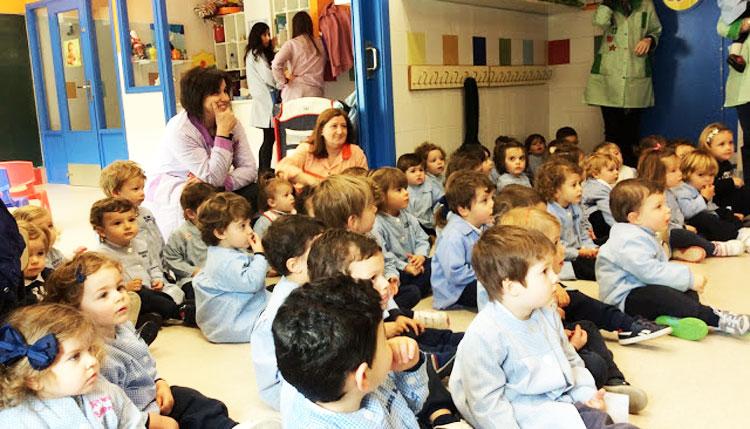 El coro de Primaria visitando a los niños de Entreviñas