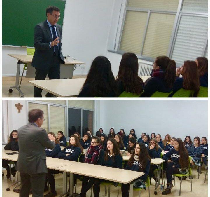 El Magistrado Carlos Orga Sarrés, con las alumnas de Bachillerato