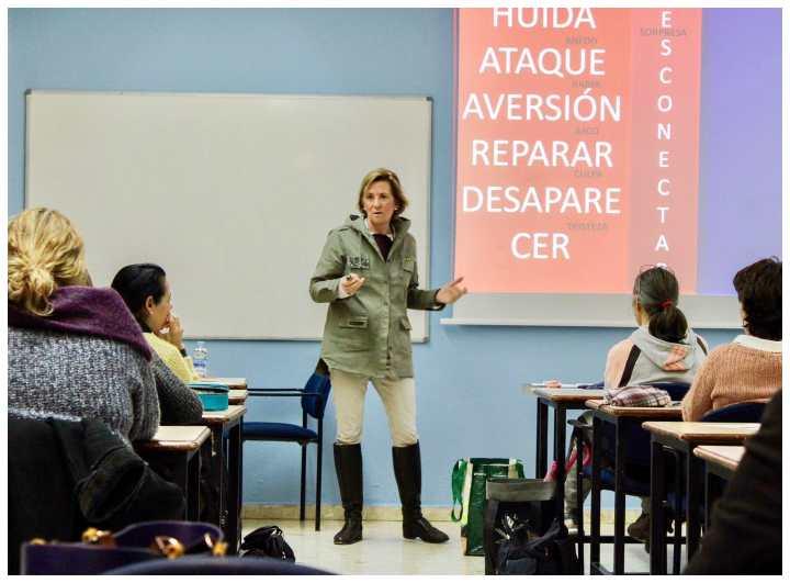 Susana García Mangas imparte un taller de formación a las profesoras del Colegio Sansueña (Zaragoza)