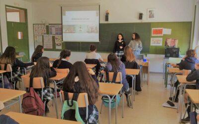 """Las alumnas con la Mención de Honor """"Excellence"""" exponen su trabajo a 4º de ESO"""